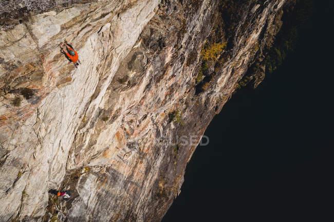 Визначається скелелаз сходження скелястого обриву — стокове фото