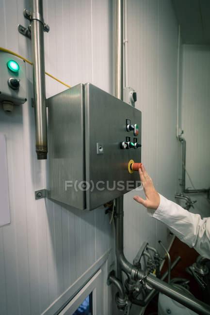 Lavoratore premendo il controllo passa in fabbrica alimentare — Foto stock