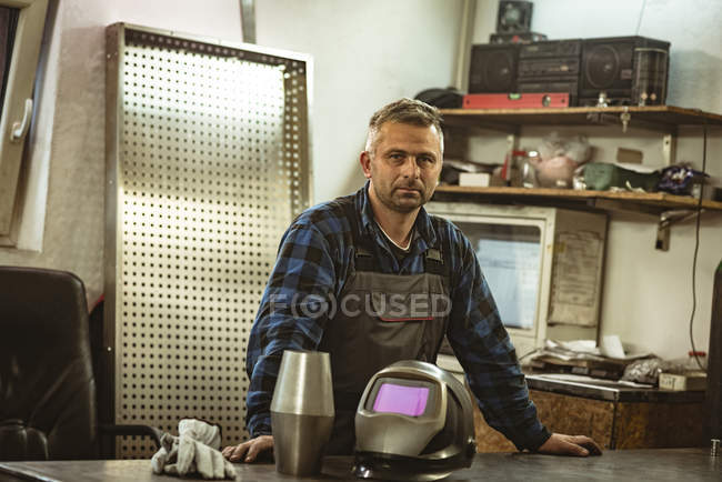 Porträt eines männlichen Arbeiters in der Fabrik — Stockfoto