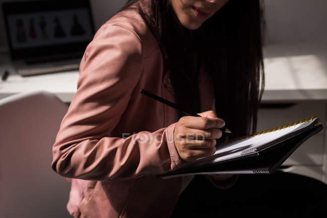 Metà sezione di stilista fare schizzo in studio di design . — Foto stock
