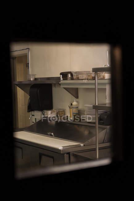 Коробки и тарелки расположены на полке на кухне — стоковое фото