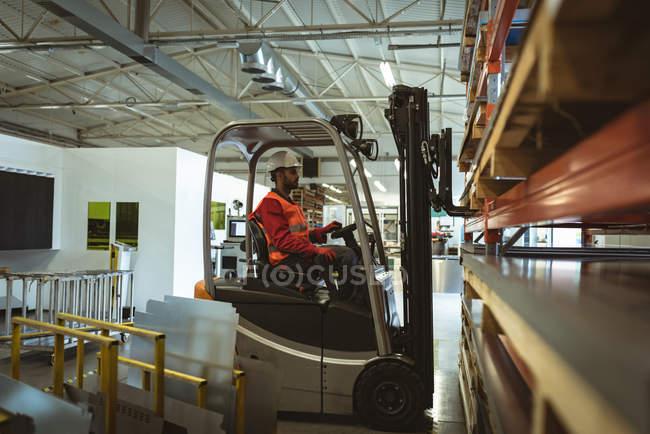 Mitarbeiter beladen Boxen im Werkslager — Stockfoto