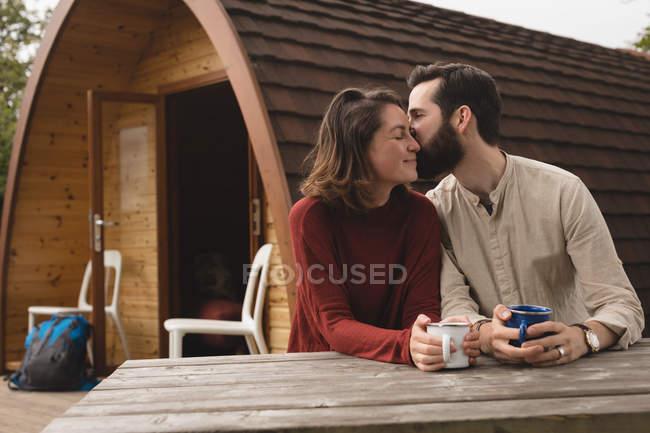Ласковым пара пара кофе вне кабины журнала — стоковое фото