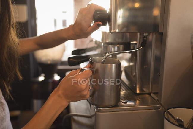 Dampfenden Milch an der Kaffeemaschine in einem Café Barista — Stockfoto