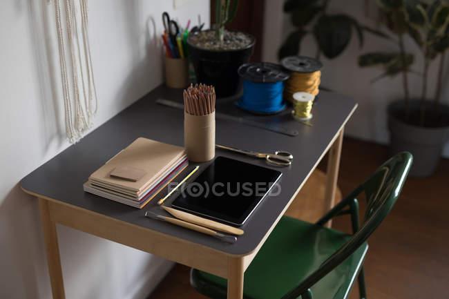 Digital-Tablette und Briefpapier auf Tisch in Werkstatt — Stockfoto