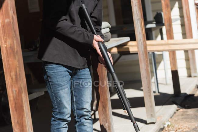 Homem pronto para atirar com espingarda em um dia ensolarado — Fotografia de Stock
