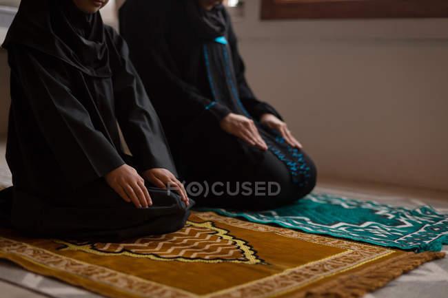 Мусульманська мати і дочка молитися Салят — стокове фото