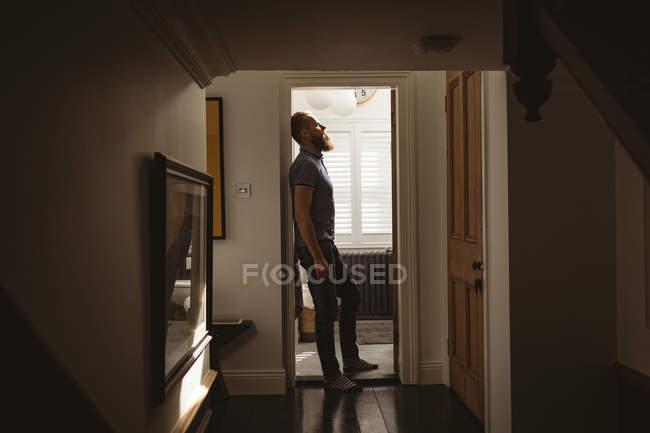 Depressiver Mann klebt zu Hause an Wand — Stockfoto