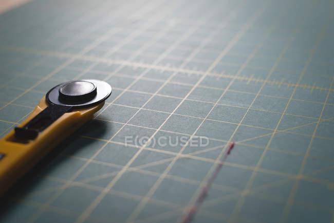 Lama di primo piano sulla tabella — Foto stock