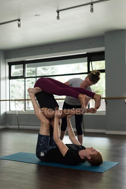 Подходящие люди практикуют акройогу в фитнес-студии . — стоковое фото