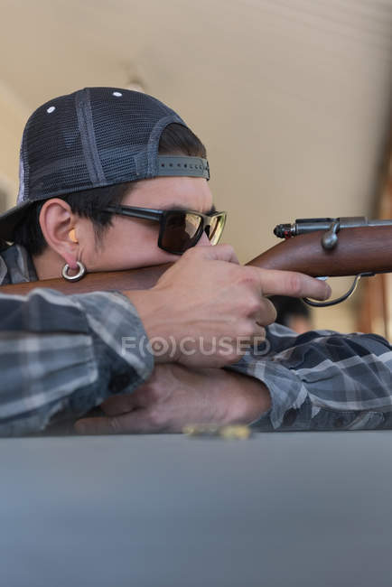 Close-up do homem apontando a arma no alvo tiroteio rangem — Fotografia de Stock