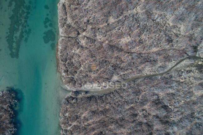 Antenne des felsigen Küste und Fluss an einem sonnigen Tag — Stockfoto