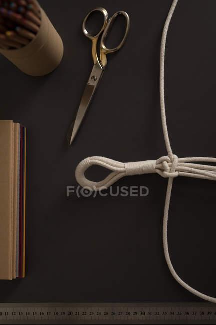 Vista aerea delle stringhe legate sul tavolo — Foto stock
