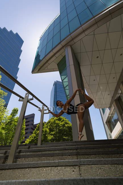 Jovem dançarina urbana passos de dança . — Fotografia de Stock