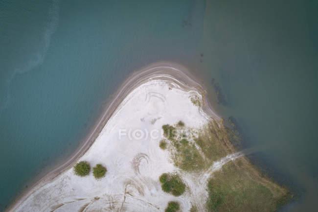 Антенна песчаных пляжей, окруженных бирюзовым морем — стоковое фото