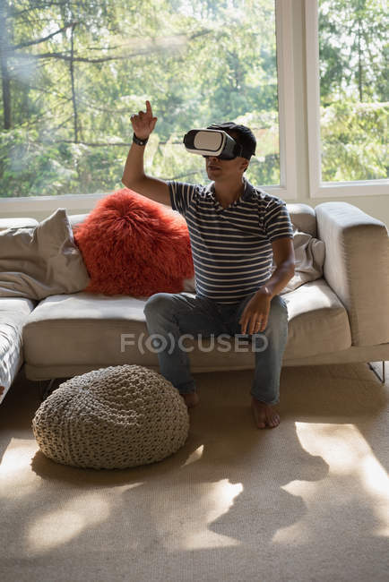 Man using virtual reality headset in living room at home — Stock Photo