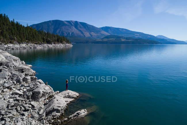 Belo mar azul-turquesa rodeado por montanhas — Fotografia de Stock
