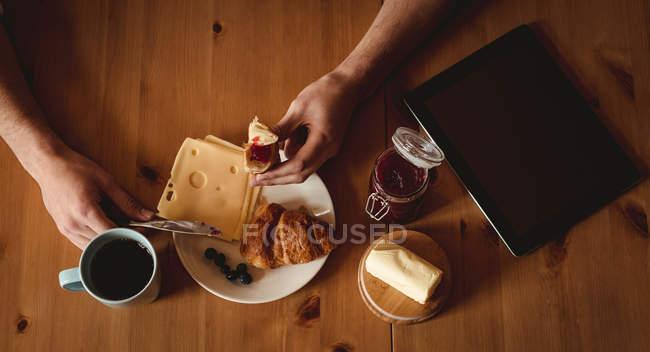 Overhead view of man having breakfast in kitchen — Stock Photo