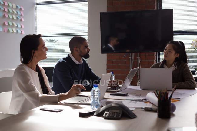 Бизнес коллег, обсуждая над ноутбук в конференции обслуживание в офисе. — стоковое фото
