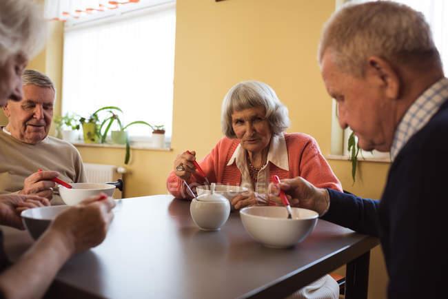 Старших друзей, завтрака вместе в доме престарелых — стоковое фото