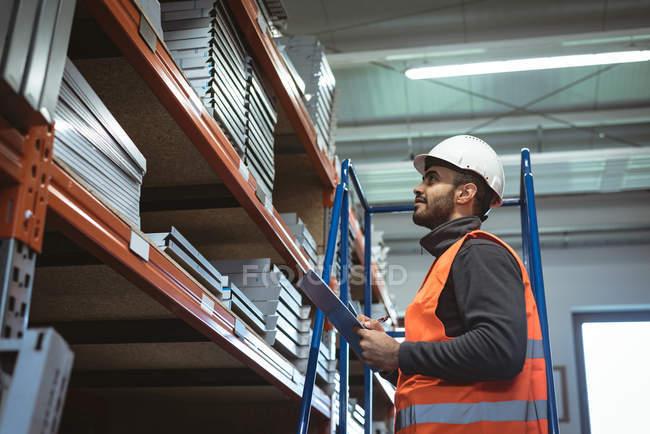 Чоловічий працівник підтримання рекорд буфер обміну в склад — стокове фото