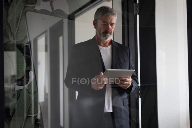 Uomo d'affari attento utilizzando tablet digitale in ufficio creativo — Foto stock