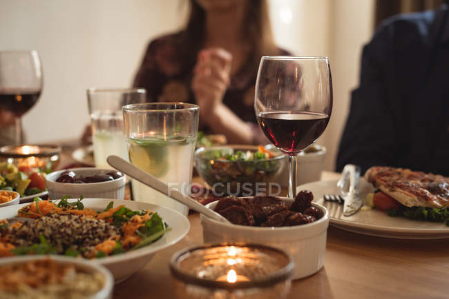 Milieu de la section des amis manger à table — Photo de stock