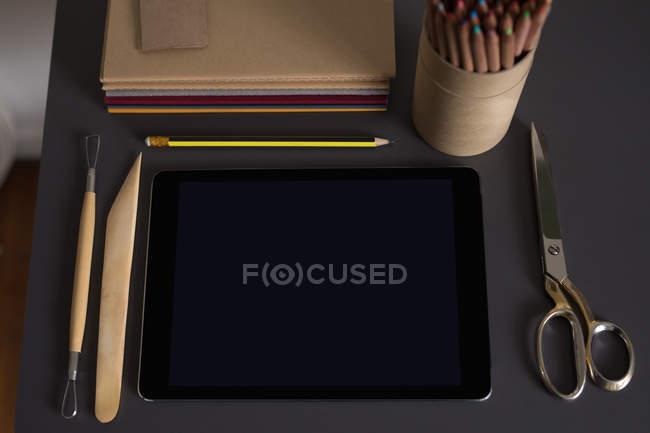 Hohen Winkel vie von digital-Tablette und Briefpapier auf Tisch — Stockfoto
