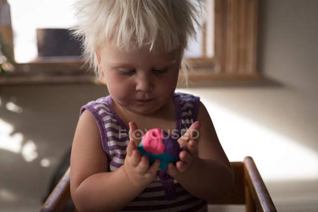 Ragazza bambino che gioca con argilla colorata, primo piano . — Foto stock