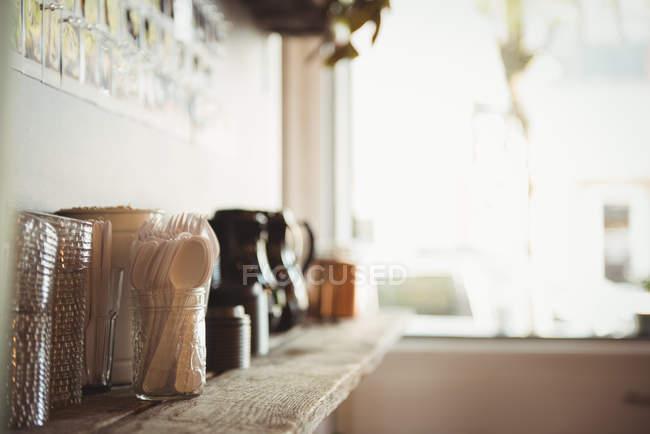 Различные столовые приборы и одноразовые бокалы на столе — стоковое фото