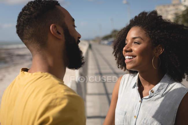 Pareja romántica mirando el uno al otro en un día soleado - foto de stock