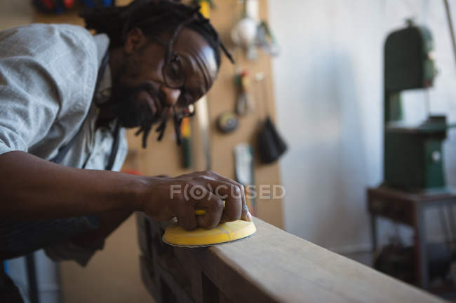 Карпентер, выравнивание древесины с инструментом работы в мастерской — стоковое фото