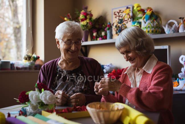 Два старших женщин делать искусственный цветок в доме престарелых — стоковое фото