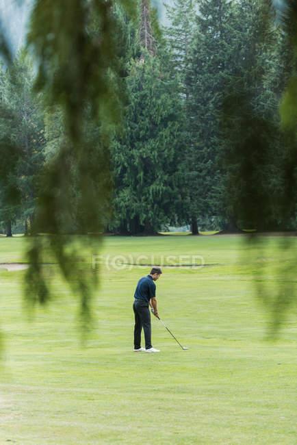 Golfer beim Golfschlag auf dem Platz — Stockfoto