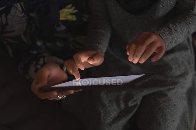 Muslimische Mutter und Tochter nutzen digitales Tablet — Stockfoto