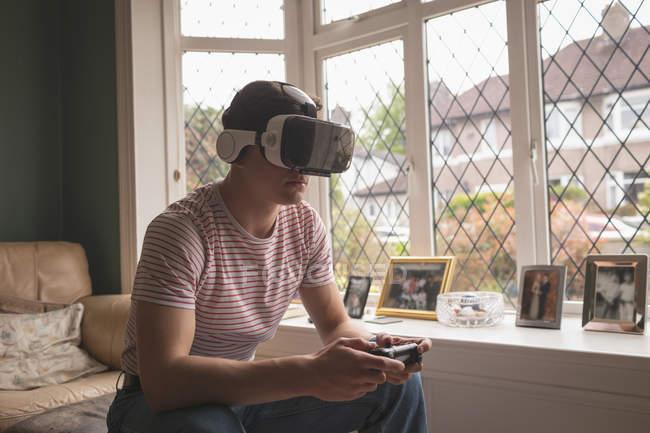 Чоловік грає у відеоігри у заголовки віртуальної реальності вдома.. — стокове фото