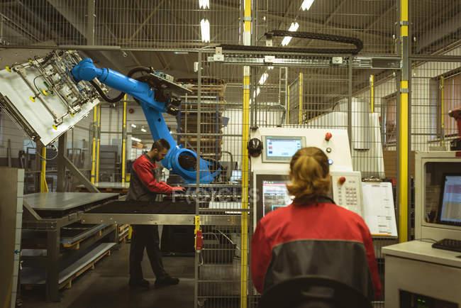 Жіночий працівник працює машина заводі — стокове фото