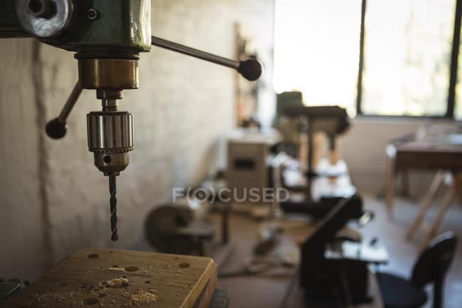 Primer plano de la máquina de perforación de madera en el taller - foto de stock