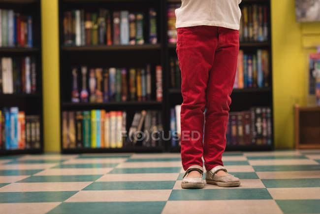 Низький розділ дівчина стояла в книжковий магазин — стокове фото