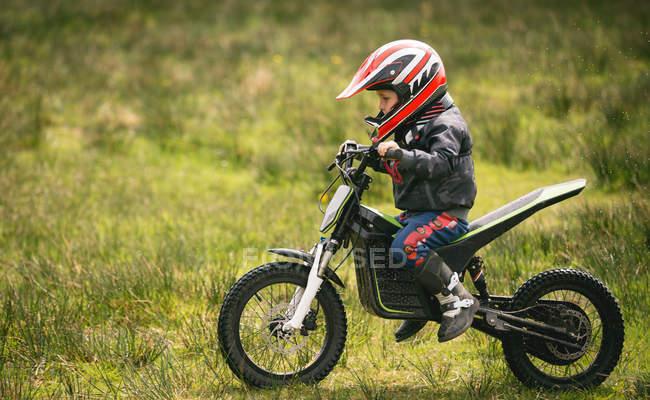 Seitenansicht des Kind-Fahrer mit dem Fahrrad in Garten — Stockfoto