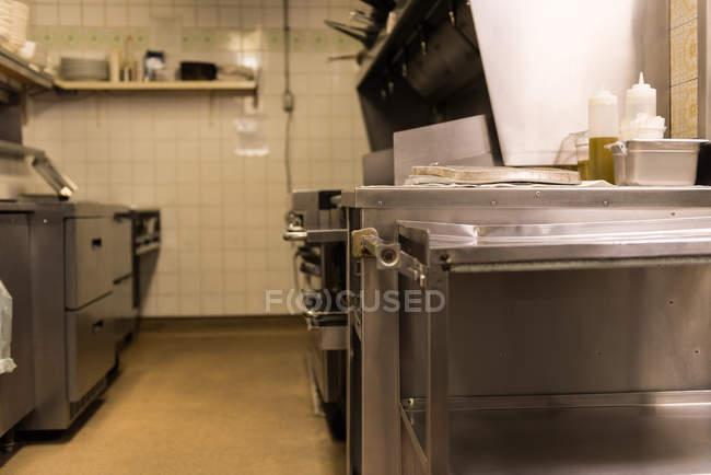 Інтер'єр комерційний кухня в ресторані — стокове фото
