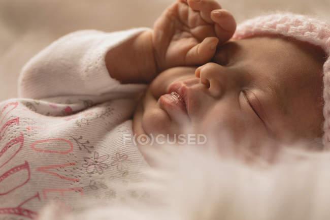 Olho de esfrega bebê recém-nascido no cobertor macio. — Fotografia de Stock
