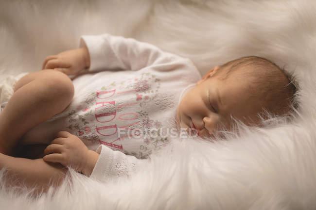 Bebê recém-nascido dormir no macio cobertor em casa. — Fotografia de Stock