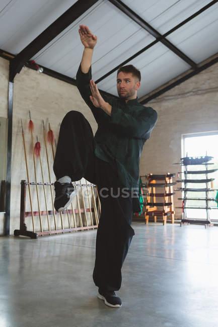 Karate lutador formação artes marciais no estúdio de fitness . — Fotografia de Stock