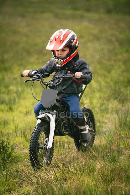 Nahaufnahme des Kind Fahrers mit dem Fahrrad in Garten — Stockfoto