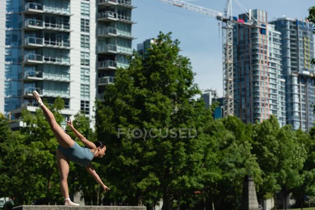 Jovem dançarina de balé dançando na cidade — Fotografia de Stock