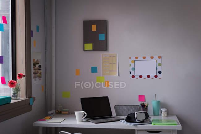 Luogo di lavoro con scrivania in ufficio moderno del design studio. — Foto stock