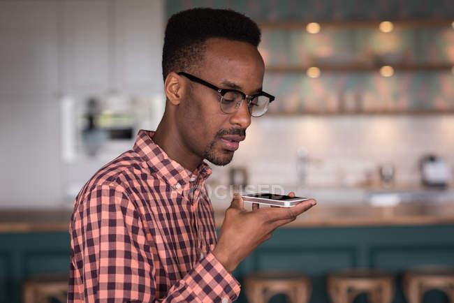 Exécutif de bureau masculin parler au téléphone mobile dans la cafétéria du Bureau créatif — Photo de stock