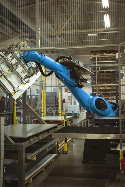 Blaue Roboter-Maschine in der Fabrik bei der Arbeit — Stockfoto