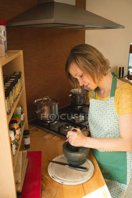 Жінка з маточкою та мінометних кухні — стокове фото